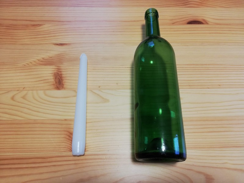 キャンドルとワインボトル