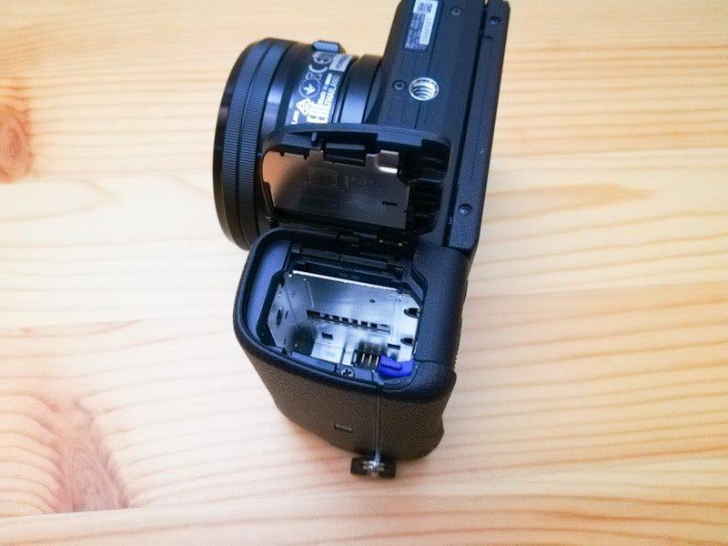 α6400のバッテリーとsdカードの投入場所