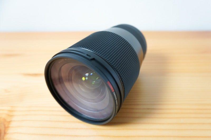 SIGMA 16mm f1.4のレンズと保護フィルターを付けた