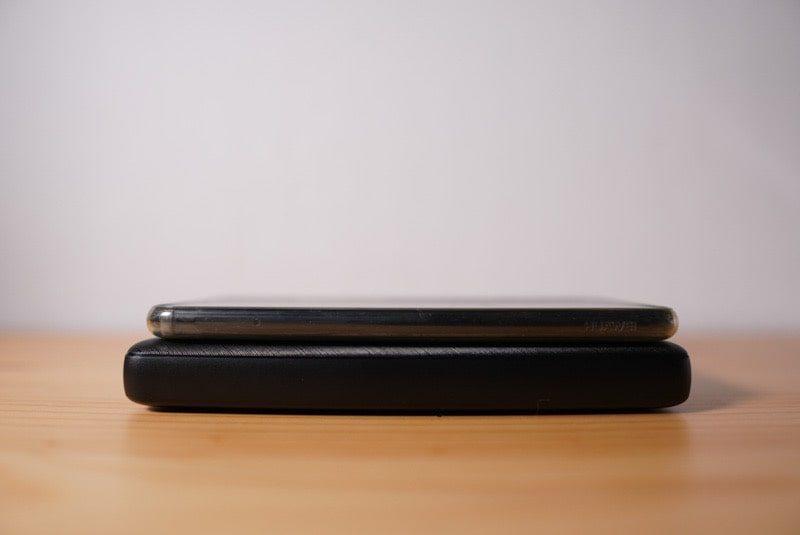 ANKERのモバイルバッテリーPowerCore Essential 20000とスマートフォン比較