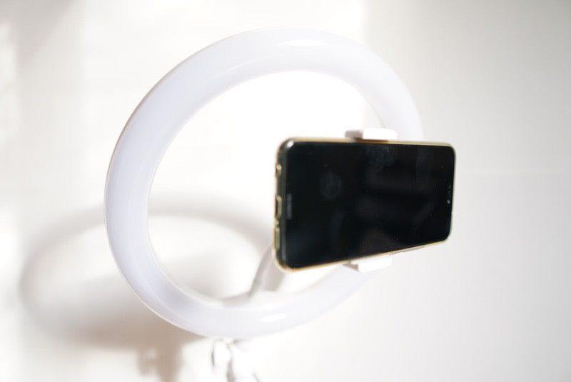 Neewerの卓上LEDリングライトとスマートフォン取り付け