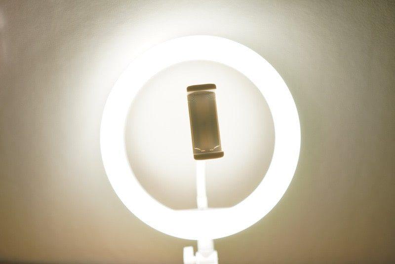 Neewerの卓上LEDリングライトの白と黄色