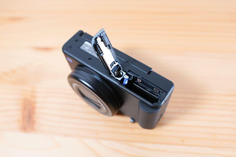 SONYのVLOGCAM『ZV-1』のバッテリー投入口